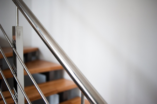 Mains courantes en aluminium pour sécruiser les escalier et facilité la descente