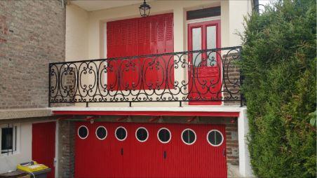 Garde corsp en fer forgé à motifs installés sur une terrasse pour plus de sécurité
